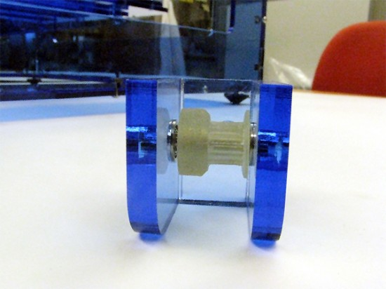 A pulley printed on the model 2, cleaned and used in the assembly.