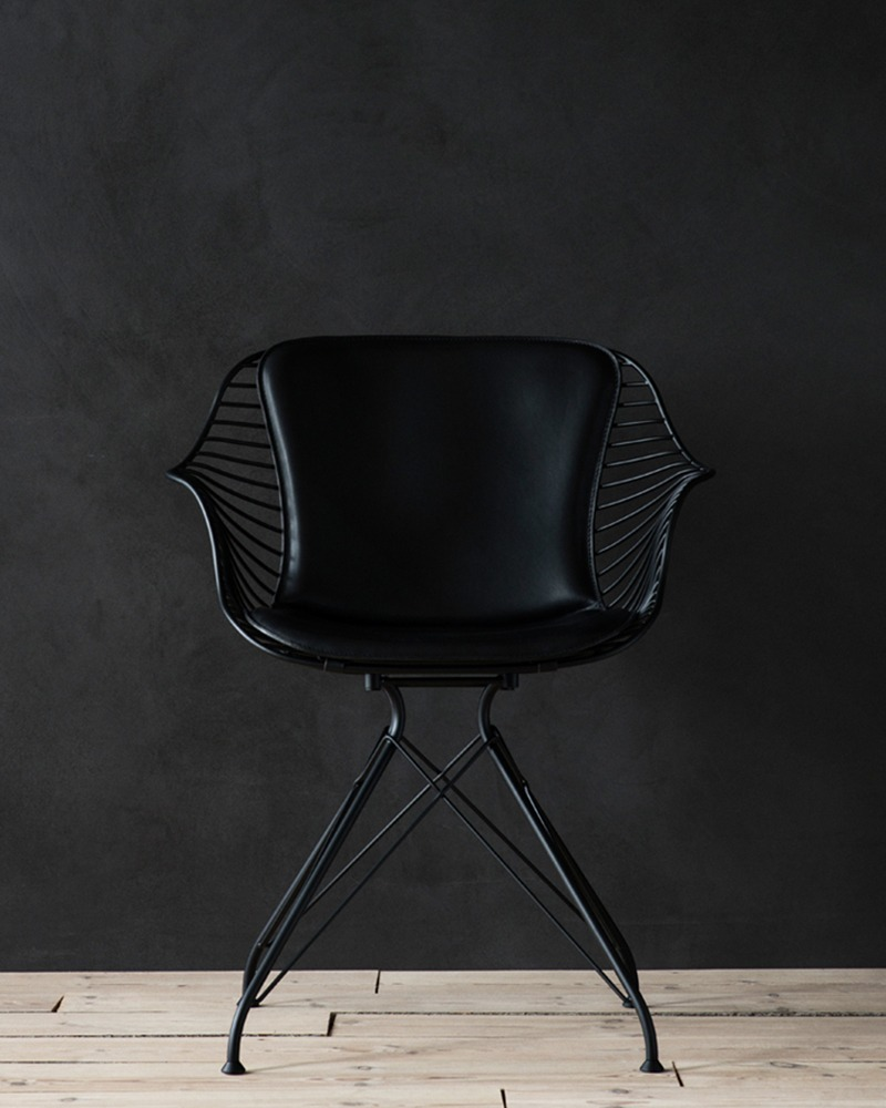 OvergaardAndDyrman_Wire_Dining_Chair_Elegance_Black_Leather_Mat_black_PowderCoated_Steel_frontview