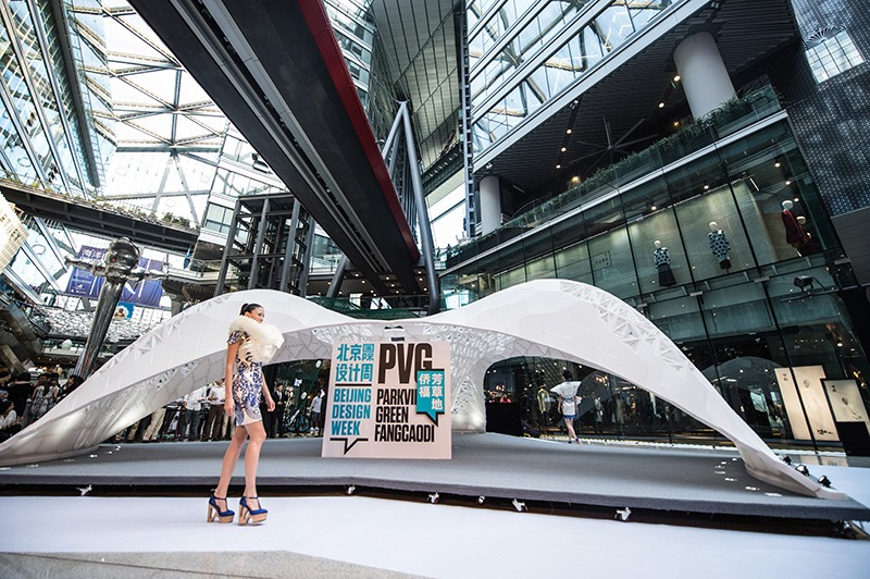 A model walks in front of the Vulcan structure(Photo: Jing Daily)
