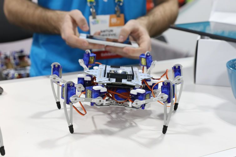 The STEMI Hexapod is controlled using mobile devices with the included app.(Image: Jeremy Lips)