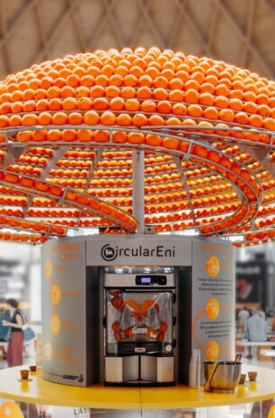 This Full-Cycle Orange Juice Kiosk Turns Orange Peels Into Cups